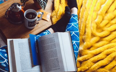 Jambes filles pyjama avec livre couverture et café