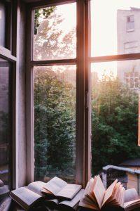 Fenêtre avec bureau et pile de livres