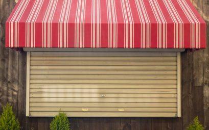 Grande fenêtre équipée d'un store à projection et d'un volet roulant