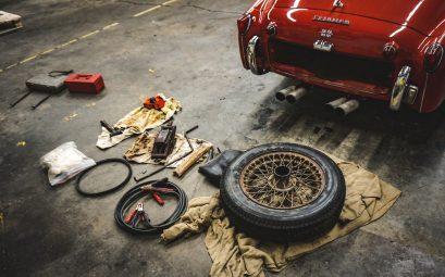 Voiture rangée dans un garage pour effectuer quelques réparations