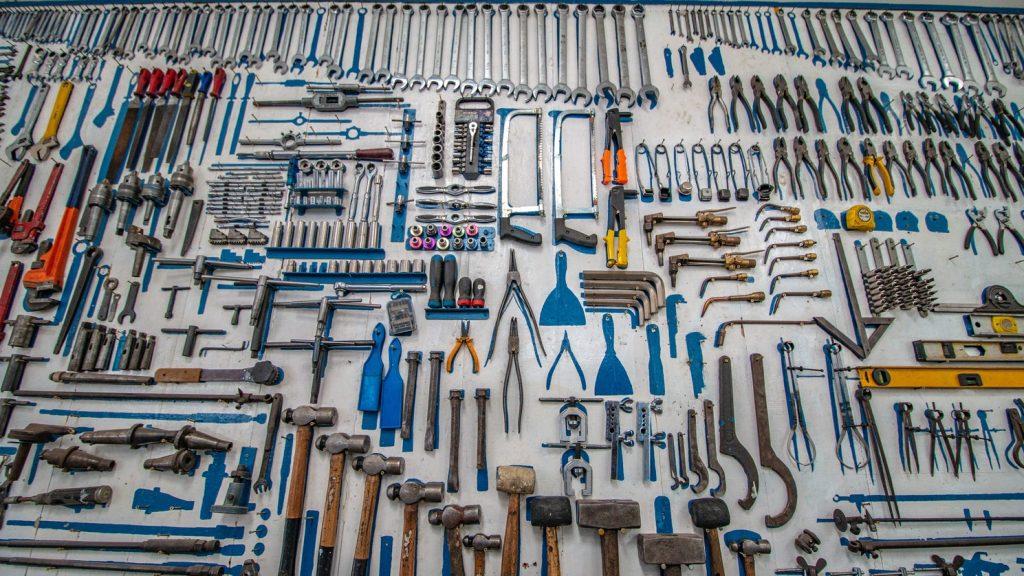 Rangées d'outils utiles pour réparer une voiture dans un garage