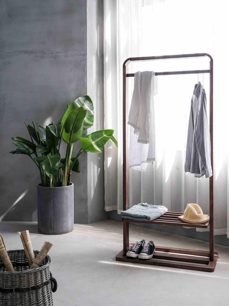 Porte-vêtement en bois dans une chambre moderne