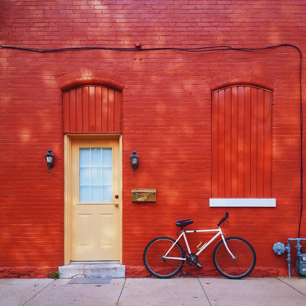 Maison rouge avec porte orange