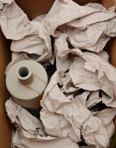 Carton de déménagement rempli avec du papier kraft et un vase