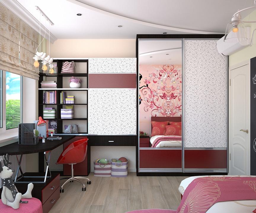 Chambre de petite fille avec un bureau et un placard