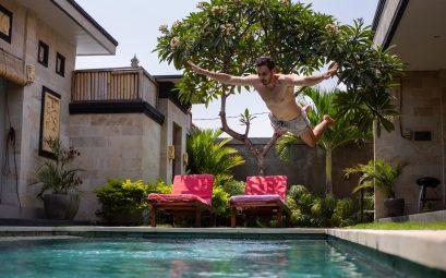 Homme qui fait un plongeon dans sa piscine tout confort