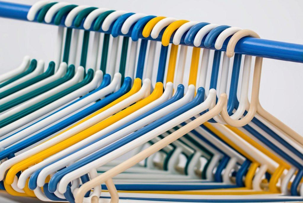 cintres de couleur bleu, blanc et jaune