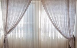 accumulation de deux paires de rideaux de couleur claire