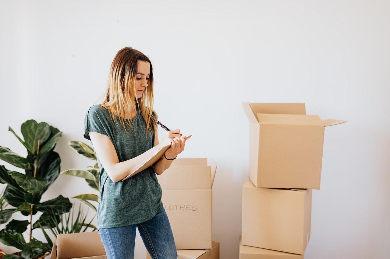 femme qui fait une liste pour son déménagement